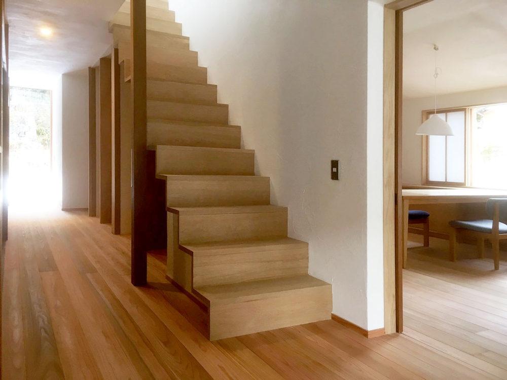 高山の物件の階段