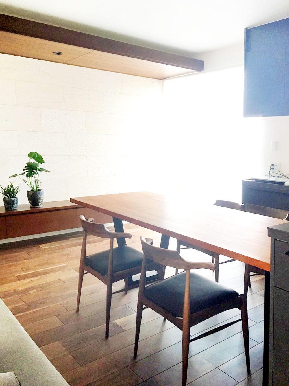 マホガニーテーブルと椅子
