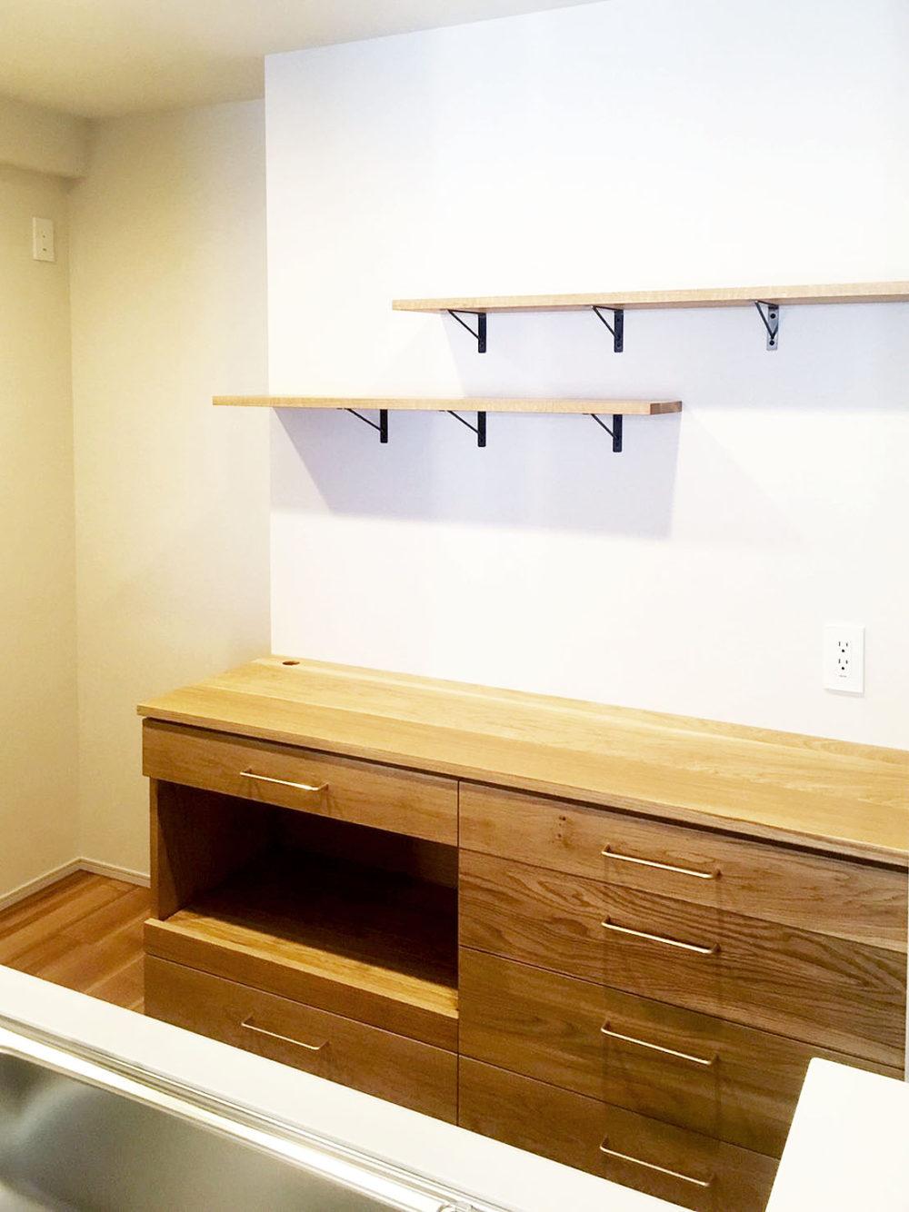 兵庫県のお宅のオークの食器棚。